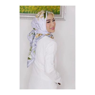 Hijab Bermotif dengan Atasan Berwarna Putih