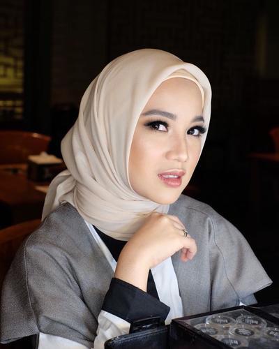 Cantik Abis! Begini Inspirasi Penampilan Hijab ala Chacha Frederica