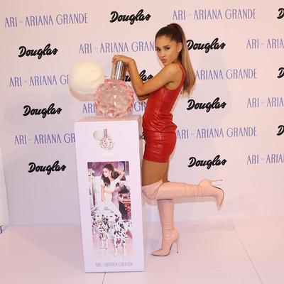 #NEWS Ariana Grande Bocorkan Teaser Produk Parfum Terbarunya, Bentuknya Lucu dan Mengemaskan!