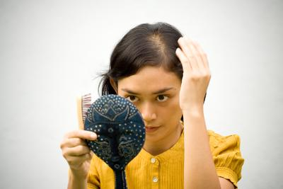 Sering Bete dengan Rambut Rontok Setelah Sisiran? Coba Shampo Anti Hair Fall Berikut Ini Yuk