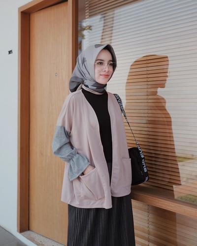 Bikin Tampilan Beda, Ide Mix and Match Style Hijab dengan Outer Ala Aghnia Punjabi Ini Wajib Kamu Coba