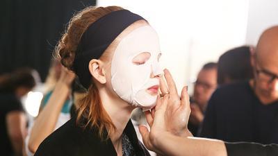 #FORUM Wah, kesalahan saat memakai masker wajah ini ternyata sering dilakukan