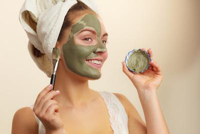 [FORUM] Pakai clay mask bagusnya dicuci pake air biasa atau pake sabun muka ya kak?