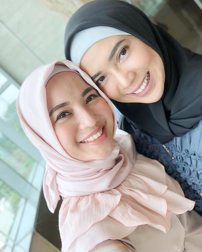 [FORUM] Lebih menyukai style hijab Chacha Frederica atau Fitri Tropica?