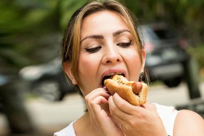 [FORUM] Menurut kamu, makan saat masih pakai lipstik gimana?