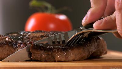 [FORUM] Kalau potong steak pakai pisau, kamu akan menyuap garpu pakai tangan kanan atau kiri?