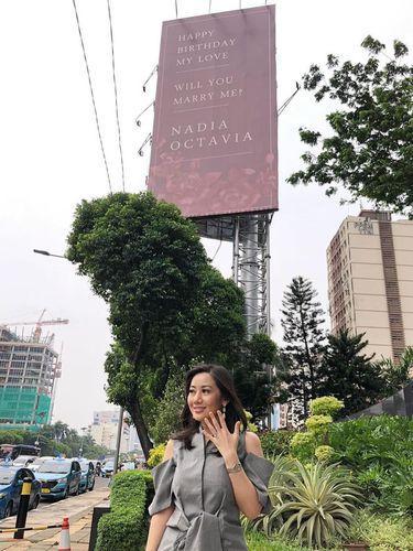 [FORUM] Viral! Dilamar pakai billboard, gimana perasaan kamu kalau jadi wanita ini?