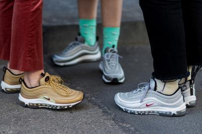 [FORUM] Lebih suka pakai sneakers atau flatshoes ke kampus?
