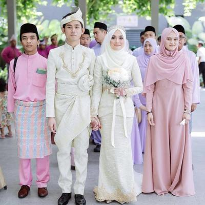 [FORUM] Lebih suka gaun pengantin yang lebar bawahnya atau model gaun sederhana?