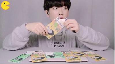 [FORUM] Viral! Vlogger Korea Mukbang Makan Uang Kertas, Kalian Sudah Tahu?