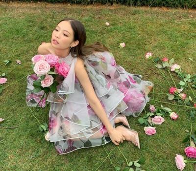 [FORUM] Busana yang dipakai Jenie di video klip 'Solo' mahal-mahal banget!