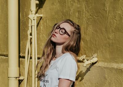 Anti Mati Gaya! Ini Pilihan Style Kekinian yang Cocok Dikenakan Wanita Berkacamata