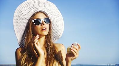 Ingin Berlibur ke Pantai? Yuk, Pakai 5 Rekomendasi Tabir Surya Ini Agar Kulitmu Tidak Belang dan Terlindungi!