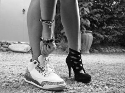 Lebih suka pake sneakers atau high heels?