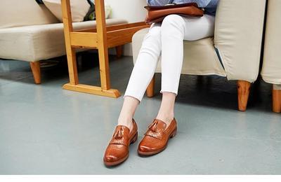 Model Sepatu Pantofel Wanita atau Loafers Dengan Detail Fringe akan Mempercantik Gayamu