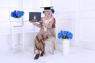 Inspirasi Kebaya Wisuda 2018 untuk Hijabers, Tetap Simpel dan Elegan!