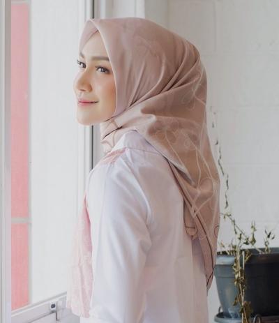 Contek Cara Memakai Hijab Kekinian Ala Melody Prima, Bikin Gaya Makin Stylish!