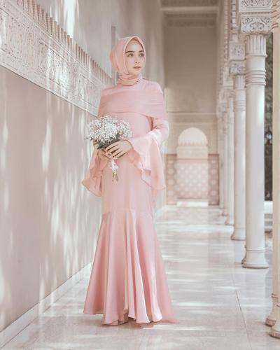 Model Baju Pesta Satu Warna Cantik ala Hamidah Rachmayanti