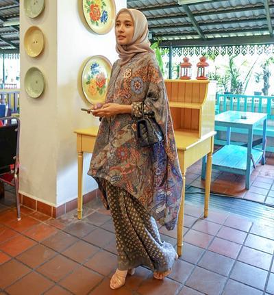 Model Baju Pesta Brokat Kombinasi Batik ala Laudya Cynthia Bella