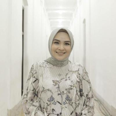 Tetap Gemas Meski Sudah Punya Anak, Hijab Style Ria Miranda Cocok Ditiru Oleh Ibu Muda