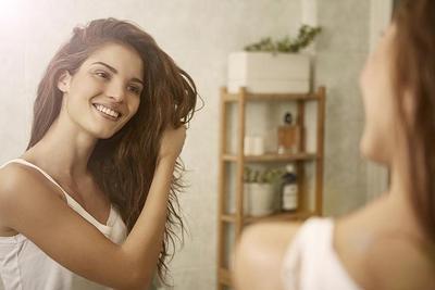 Tak Perlu Repot ke Salon, Ini Langkah Hair Care Mingguan yang Bisa Kamu Lakukan Sendiri di Rumah!