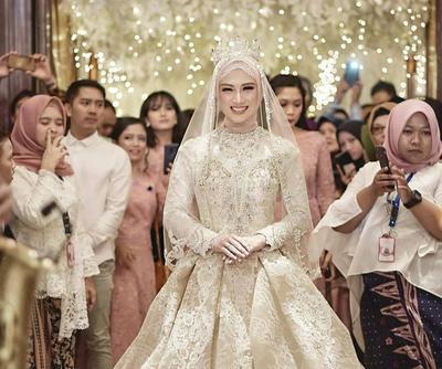 Tidak Melulu Berwarna Putih, Coba Intip 5 Inspirasi Warna Gaun Pengantin Muslimah Ini Ladies!