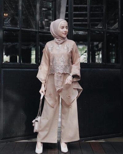Inspirasi Kebaya Modern dan Celana Satin