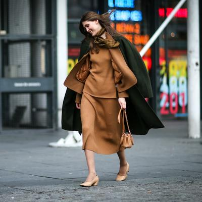 Inspirasi Perpaduan Warna Outfit Cokelat Kasual untuk Hangout Ke Mall