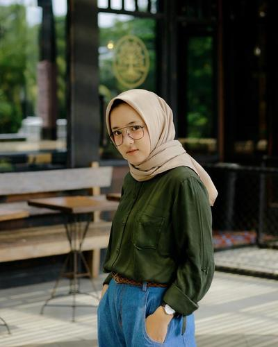 Baju Wanita Terkini  dengan Kemeja Polos dan Boyfriend Jeans Ala Nissa Sabyan