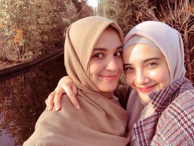 Intip Yuk Gaya Duo Sungkar dengan Hijab Syari yang Santun dan Enggak Ngebosenin!