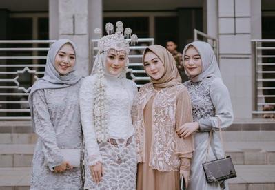 4 Inspirasi Model Baju Atasan Brokat untuk Jadi Bridesmaid, Simpel Tapi Tetap Anggun