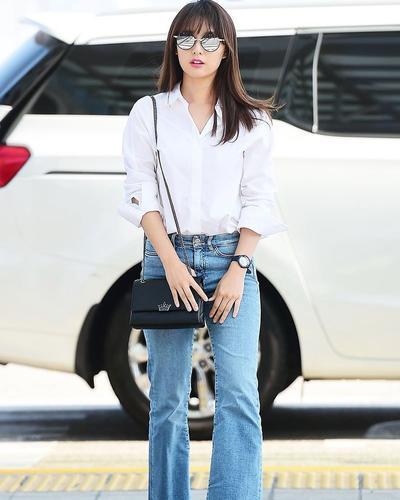 3. Kim Ji-won dengan White Shirt dan Blue Jeans