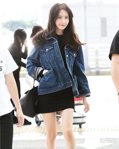 5. Yoona dengan Black Dress dan Denim Jacket
