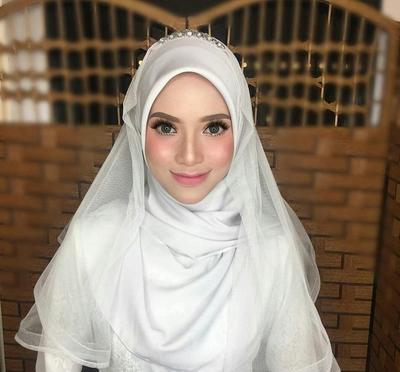 Dari yang Biasa Hingga Menutup Dada, Ini Tutorial Pashmina untuk Pengantin Tanpa Hijab Stylist