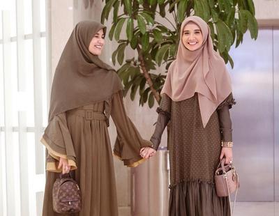 Adu Gaya Hijabers Cantik Zaskia Sungkar VS Shireen Sungkar, Siapa yang Kamu Suka?