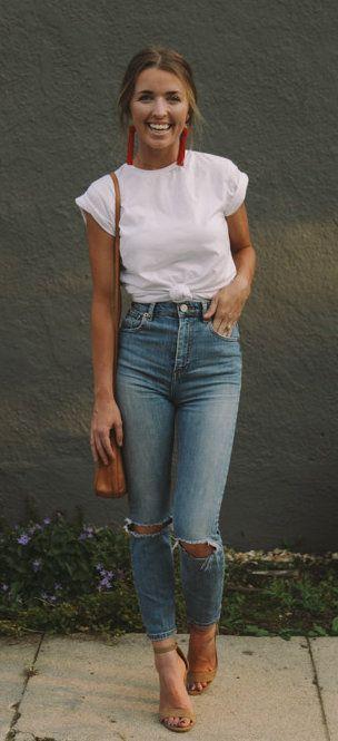 Kaos Polos Putih dan Celana Jeans