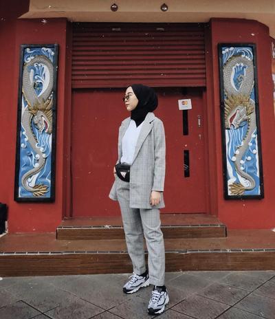 1. Blazer Wanita Abu-abu