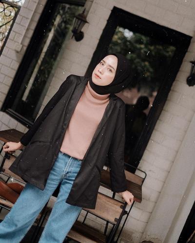 2. Blazer Wanita Hitam