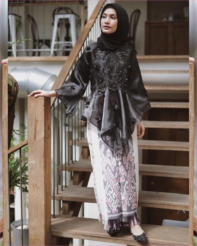 Model Kebaya Brokat dan Batik