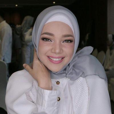 Dari Nude sampai Bold, Begini Gaya Makeup Dewi Sandra yang Bisa Ditiru Hijabers