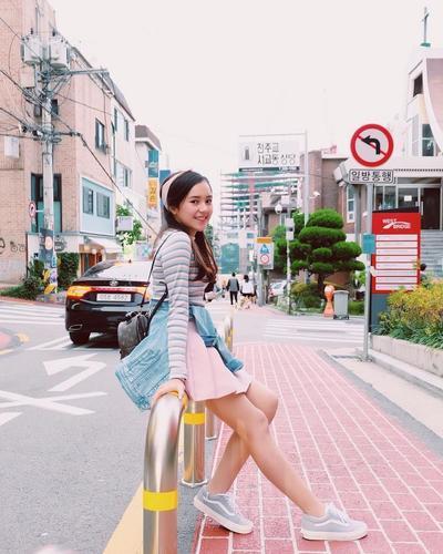 5. Tampil Casual dengan Mini Skirt
