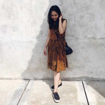 Tidak Melulu Terlihat Formal, Begini Style Pakai Model Dress Batik yang Lebih Kekinian