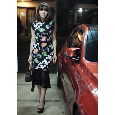 3. Dress Batik dengan Aksen Lace Ala Gisella Anastasia