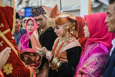 Inspirasi Berbagai Gaun Pernikahan Muslim Adat Kekinian Tradisional