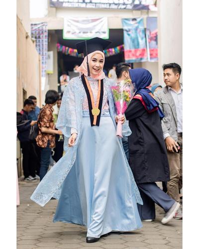 Style Artis Indonesia Saat Wisuda - Anisa Rahma