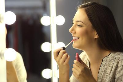 Trik Atasi Bibir Hitam Bekas Lipstik dengan Bahan Alami