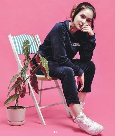 Velvet Sweatshirt - Sneakers