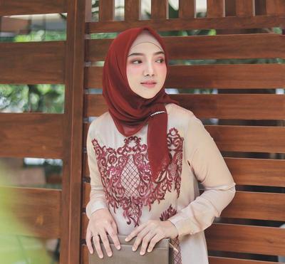 Ladies, Biar Enggak Salah Ini Padupadan Hijab Warna Merah untuk Kondangan
