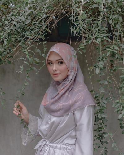 Ingin Tampil Stylish dengan Hijab ala Selebgram Cantik?  Yuk, Contek Outfit Terbaru dari Vebby Palwinta Ini!