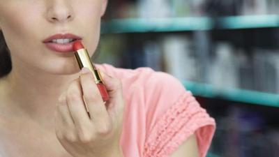 Coba Lipstik Sebelum Membeli